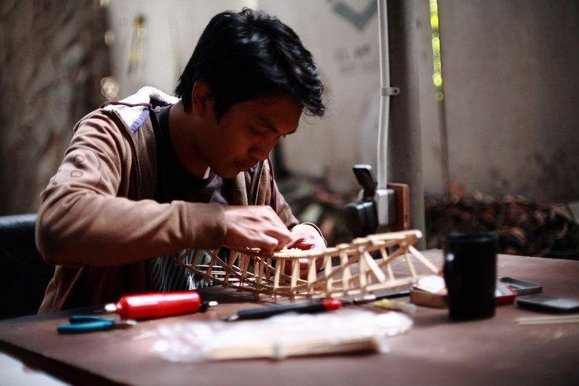 Arsitek indonesia tanpa batas yang ditugaskan merancang jembatan untuk bienal bambu kedua