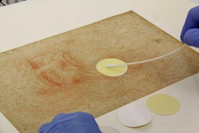 Para peneliti mengumpulkan sampel mikroba dari lukisan da Vinci 'Potraitof Man in Red Chalk' (Pinar et al., Frontiers, 2020)
