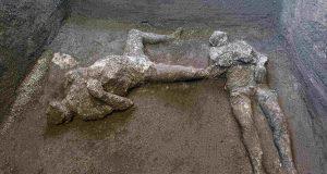 Para pemeran yang diyakini sebagai orang kaya dan budak prianya yang melarikan diri dari letusan gunung berapi Vesuvius hampir 2.000 tahun yang lalu (Parco Archeologico di Pompei via AP)