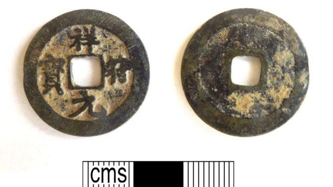 Sebuah koin China kuno berbahan logam tembaga campuran dari dinasti Song (1008-1016), ditemukan di dekat Petersfield, Hampshire (Hampshire Cultural Trust/ PAS)